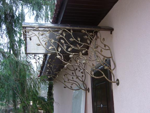 Металлический козырек над входом в дом
